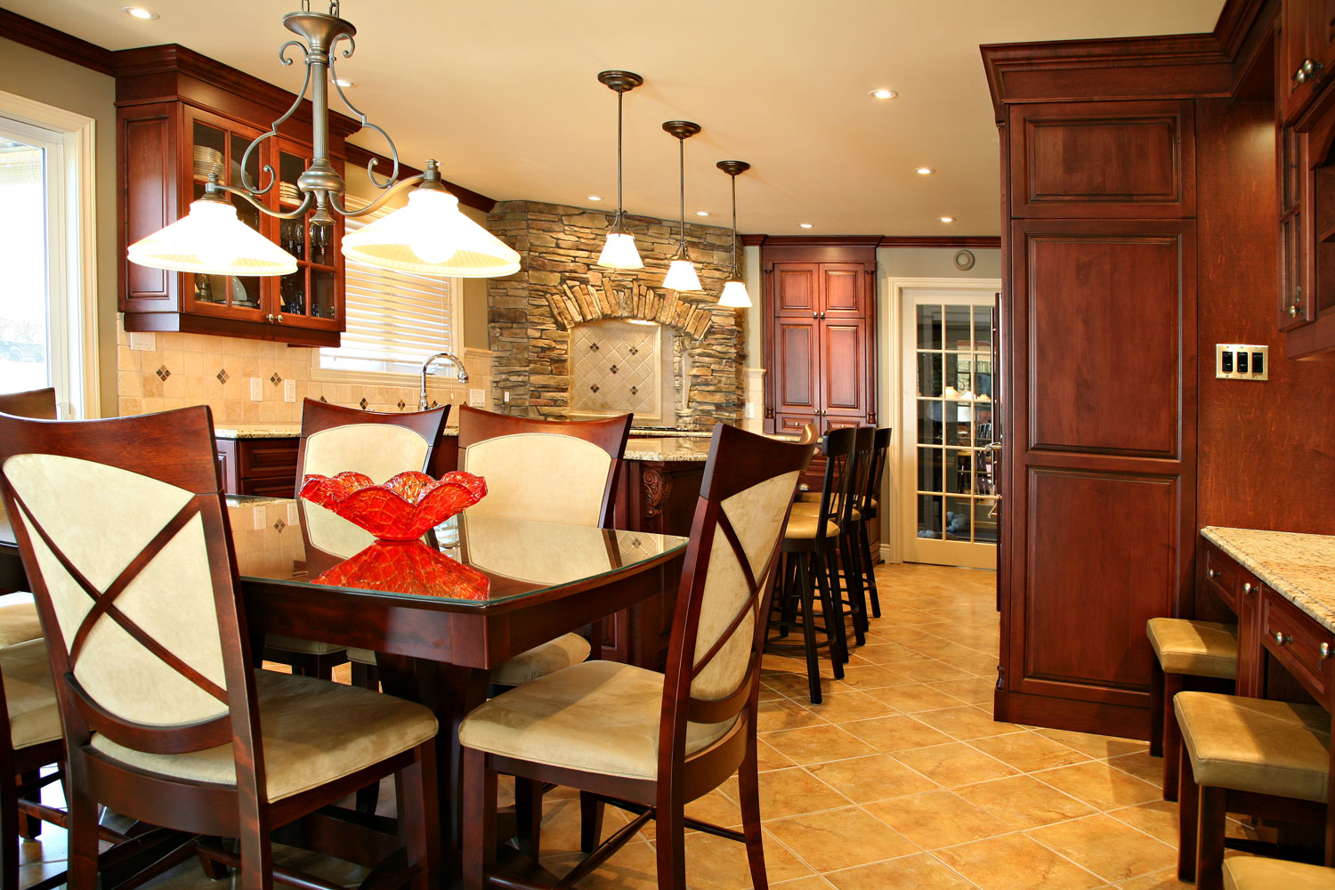 Traditional kitchen with island and dining table, corner gas cooktop with stone surround - Sheridan Interiors